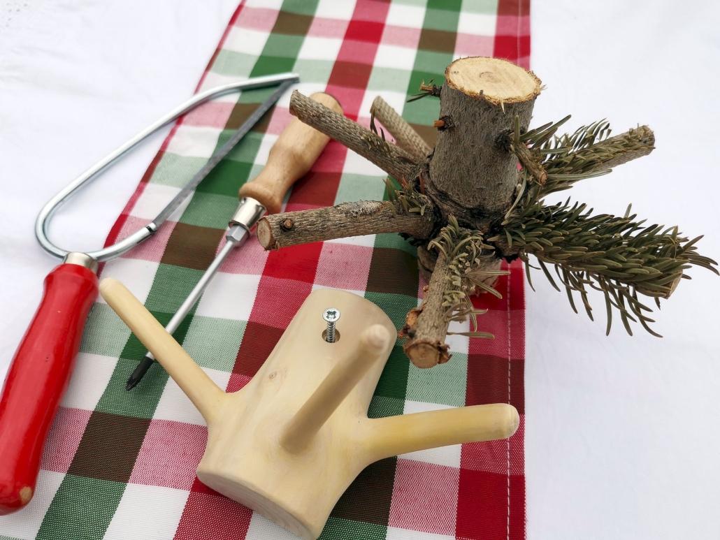 Als Kleiderhaken hat der Weihnachtsbaum noch einen Nutzen.