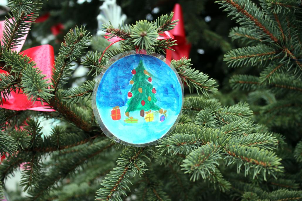 93 Prozent der Deutschen beabsichtigen zum Weihnachtsfest 2021 wieder einen Weihnachtsbaum aufzustellen. Dabei schlägt das Pendel zugunsten des natürlich gewachsenen Grüns aus, welches gerade den Kleinen eine große Freude bereitet.